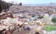 Spiaggia Honduras invasa dalla plastica