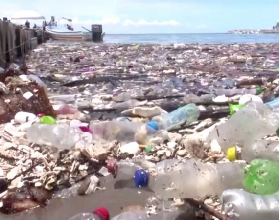 La plastica sta invadendo spiagge tra le più belle del mondo!