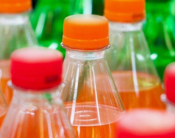 Un triste primato per le bibite più famose. Coca-Cola, Pepsi e Nestlé sono le prime produttrici della plastica che finisce nell'ambiente.